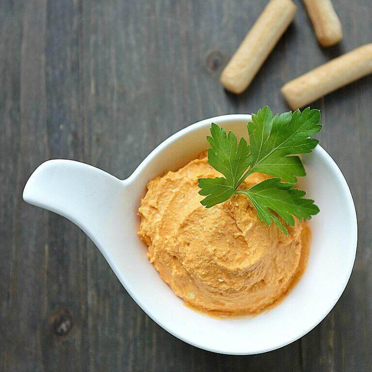Die Ajvar-Feta-Creme besteht aus nur 4 Zutaten und ist innerhalb von 5 Minuten fertig zum Essen. Lecker!