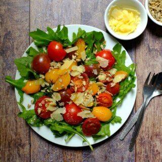 Dieser 15 - Minuten-Salat mit karamellisierten Tomaten, Rucola und Parmesan ist ein aromatischer Gaumenschmaus. Weniger Aufwand - tolles Ergebnis.