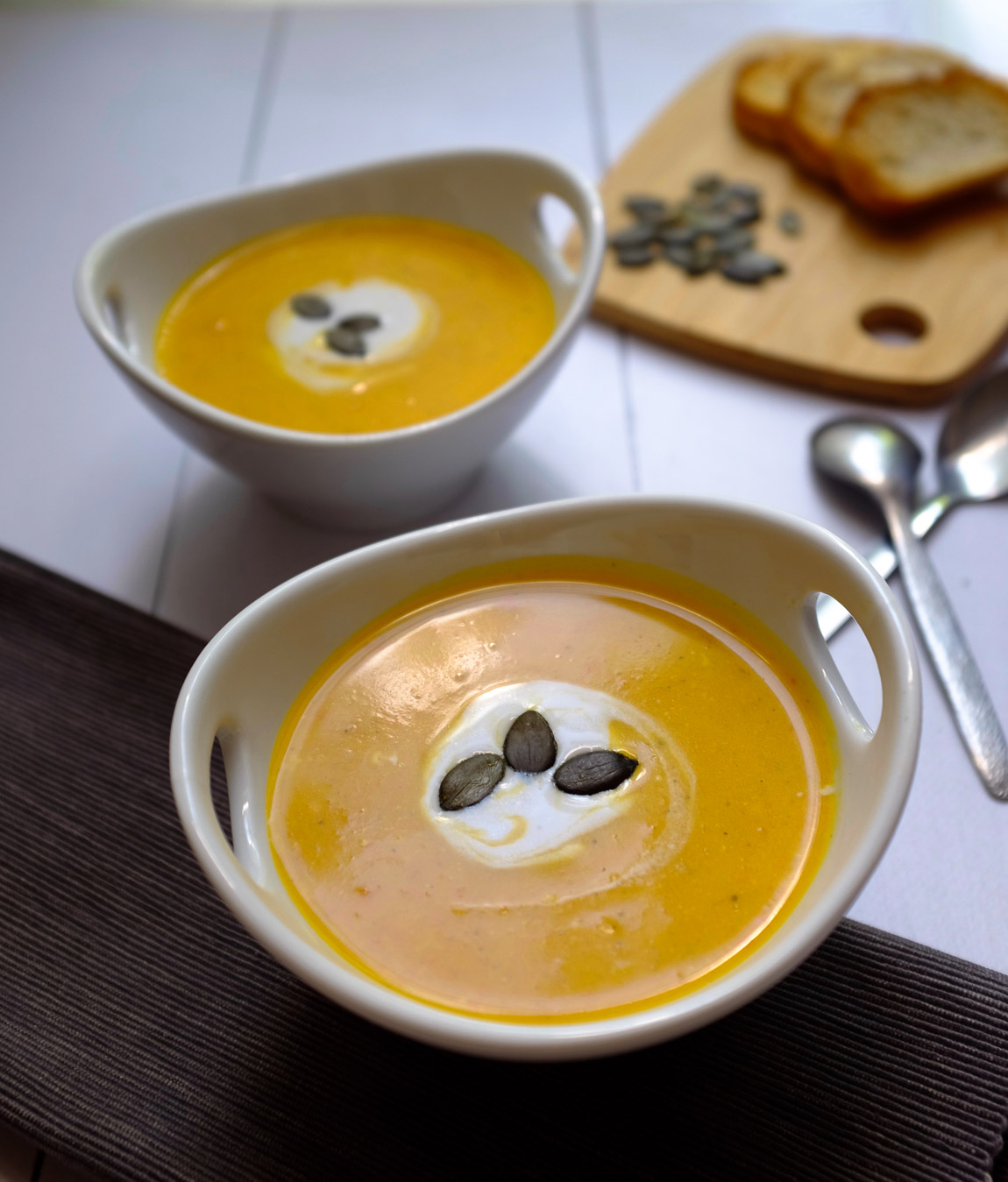 Diese schnelle Hokkaido-Kokos-Suppe ist wunderbar cremig und steckt voller toller Aromen. Nur 7 Zutaten und 30 Minuten Zubereitungszeit macht diese Suppe zu einem tollen Gericht an einem windigen Herbsttag.