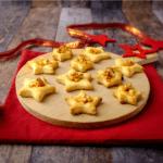 Salz auf Süßem? Ja, bitte. Diese Cashew-Karamell Sterne mit etwas Salz geben den Keksen eine ganz besondere Note.
