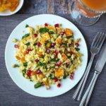 Orientalischer Bulgursalat mit Halloumi, Aprikosen, Pistazien und Granatapfelkernen ist ein Geschmackserlebnis und in nur 30 Minuten auf dem Tisch. Probiert es aus.