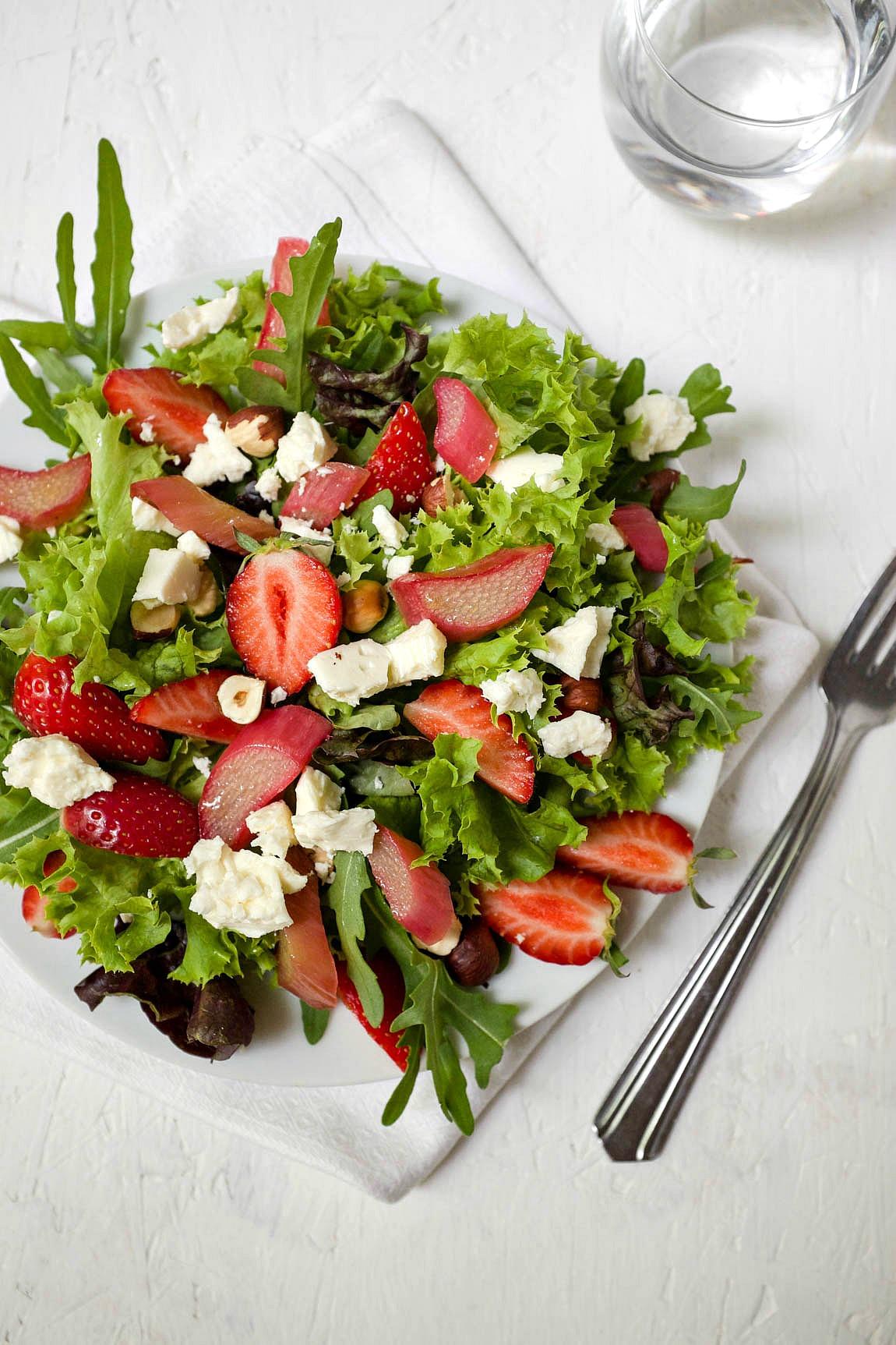 Ein wunderbar fruchtiger Frühlingssalat zum Genießen: Salat mit karamellisiertem Rhabarber, Erdbeeren und Hirtenkäse.