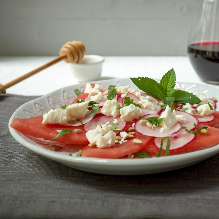 Melonen-Radieschen-Salat mit Feta und Minze - Schnelle und leckere Rezepte, die glücklich machen