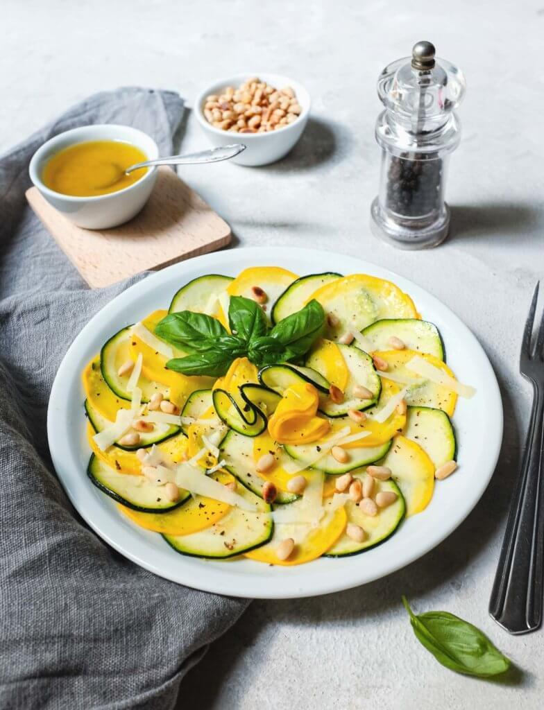 Zucchini-Salat mit Zitronen-Dressing, gerösteten Pinienkernen und Pecorino.