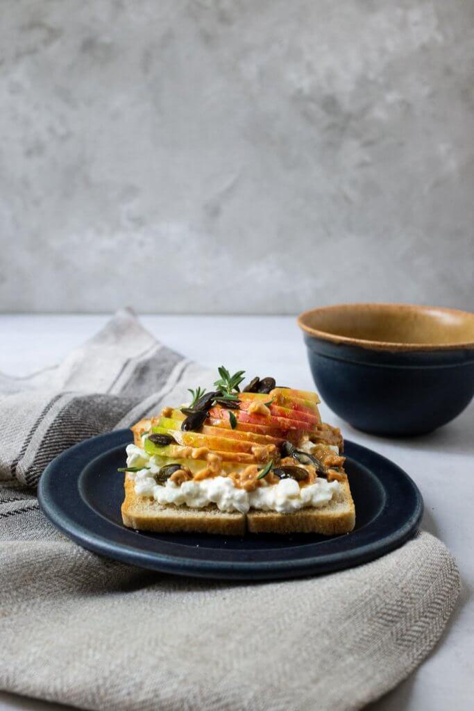 Apfel-Hüttenkäse-Schnittchen mit Honig & Erdnussbutter